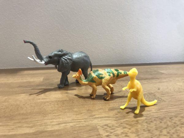 ゾウと恐竜のフィギュア写真の画像