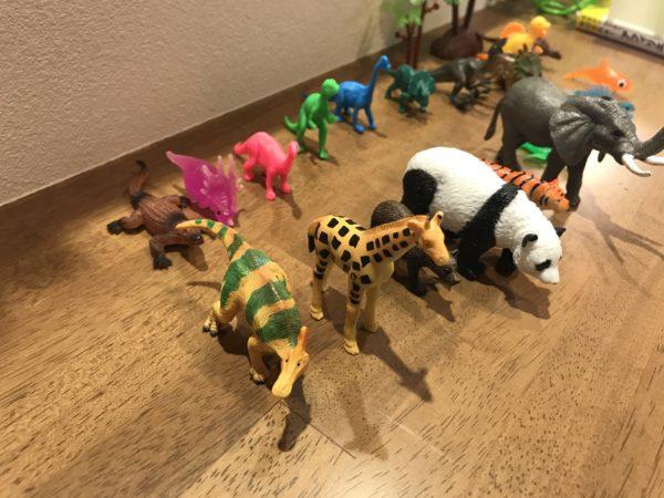 並べた動物、恐竜のフィギュアの画像