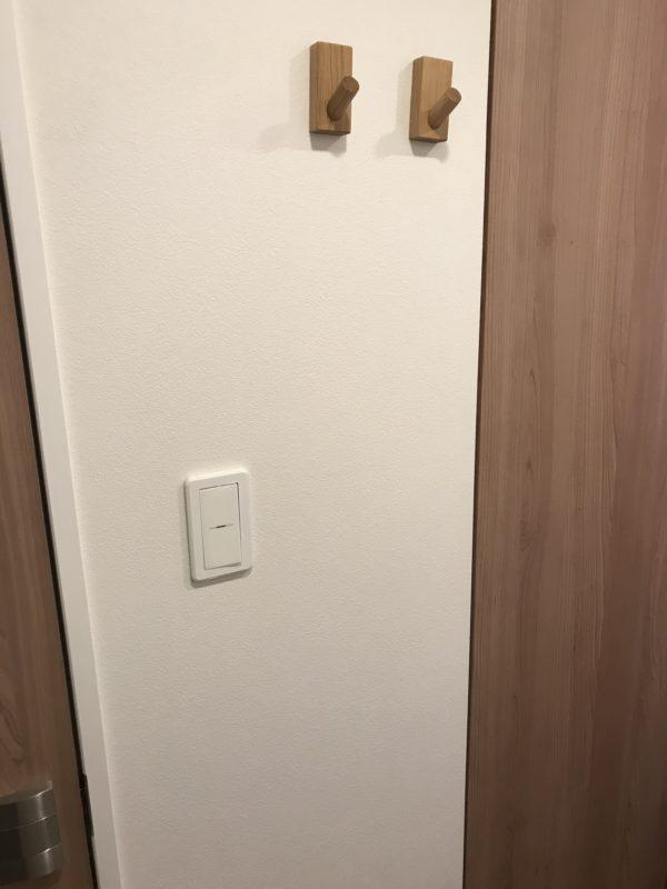 玄関壁とフックの写真