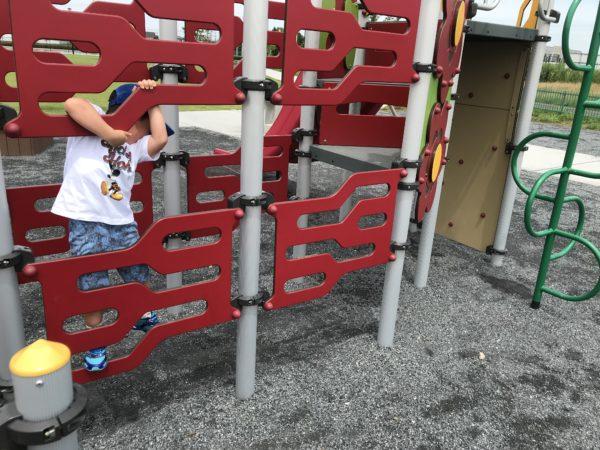 小仙波八反田公園複合遊具で遊ぶ子供の写真
