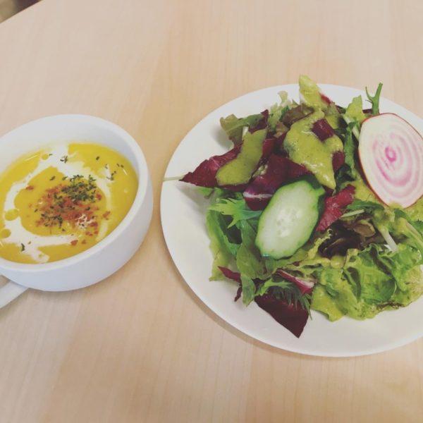 スープとサラダの写真