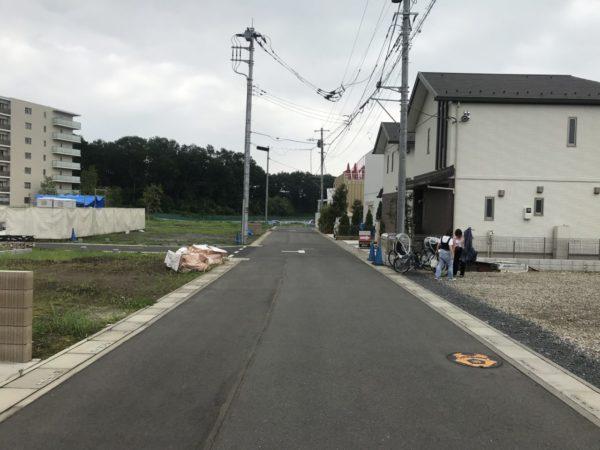 コンフェティの駐車場の道路の写真