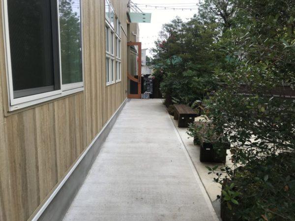 レストランコンフェティ入口通路の写真