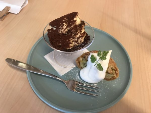 ティラミスとケーキの写真