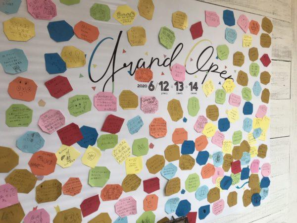 レストランコンフェティ入口の壁ポスターの写真