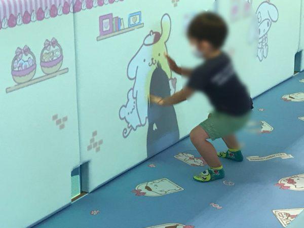 キッズルームあそびれっじの壁で遊ぶ子供の写真