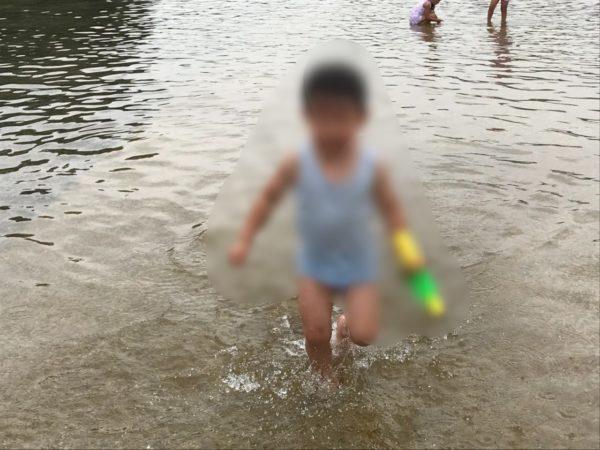 水遊び広場で遊ぶ子供の写真