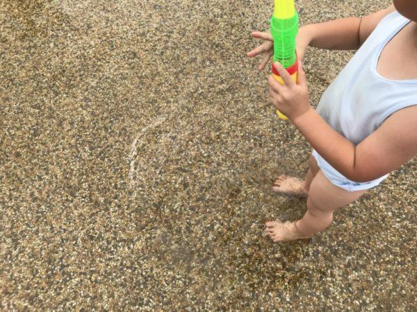 水遊び広場と子供の写真