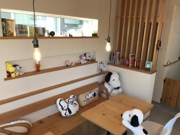 エピスカフェの店内テーブル席