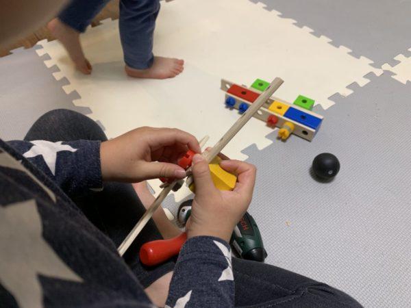 おもちゃのネジで遊ぶ子供の写真